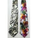 Kit com duas gravatas sendo uma com estampa euro e a outra dollar em tecido de poliéster, cód  1474-ED